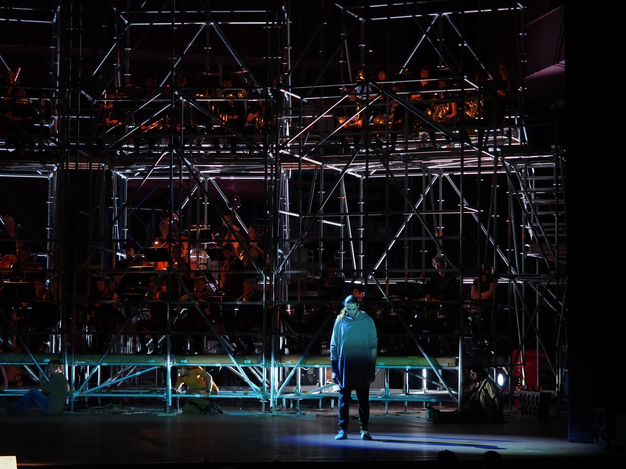 Wolven, Opera Theater Amsterdam, Regie en concept: Charles Hens, Choreografie: Anita Liem, Scenografie: Erik Kouwenhoven, Dirigent:Johannes Leertouwer, Licht: Floriaan Ganzevoort, Orkest: Nieuwe Phliharmonie Utrecht