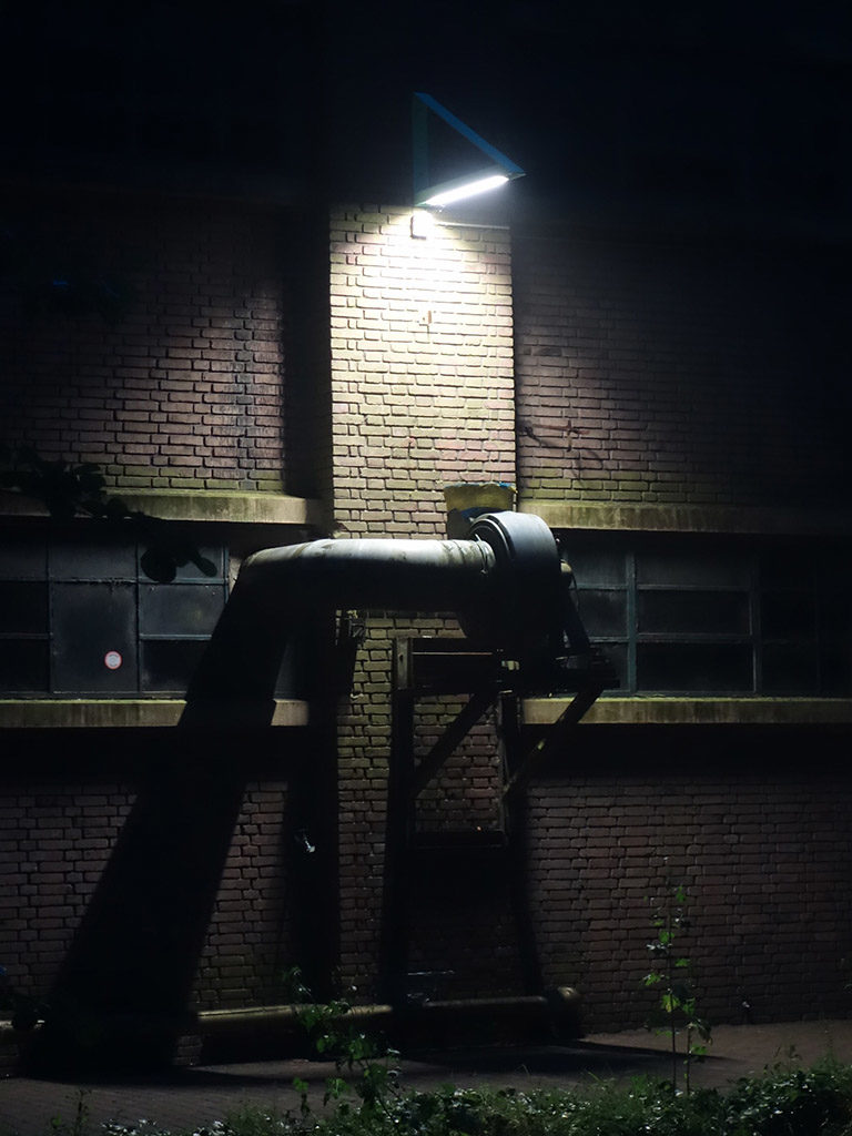 st-hembrug-driehoek-muur-avond